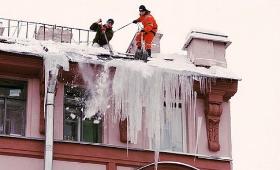 Чистка крыш от снега и наледи.  Вывоз и уборка снега.